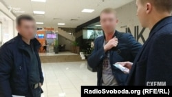 Журналіст Михайло Ткач спілкується зі співробітниками СБУ