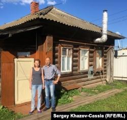 Родители Сергея Сенина Александр и Марина у своего дома в Тетюшах