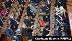 Депутатите гласуваха на две групи с цел да се избегне струпването на много хора
