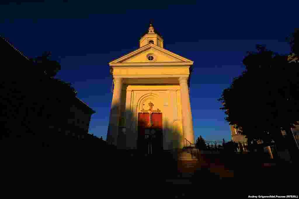 Напротив церкви стоит памятник Ленину, что служит поводом для многочисленных шуток. Вид на храм со стороны Ильича.