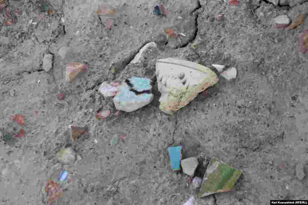 Фрагменты глиняной посуды на территории городища.