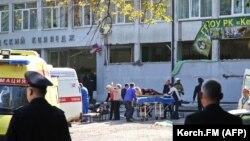 Возле колледжа в Керчи, где произошел взрыв, 17 октября 2018 года.