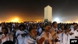 Паломники молятся у горы Арафат близ города Мекка в Саудовской Аравии. 15 ноября 2010 года.