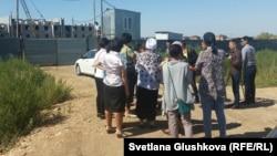 Бітпеген үйлеріне қарап тұрған үлескерлер. Астана, 5 тамыз 2015 жыл. (Көрнекі сурет)