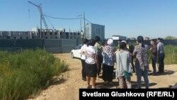 """Дольщики стоят у недостроенного жилого комплекса """"Нурбесик"""". Астана, 5 августа 2015 года."""