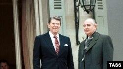 АҚШ президенті Рональд Рейган (сол жақта) пен Совет одағының басшысы Михаил Горбачев. Женева, 19 қараша 1985 ж.