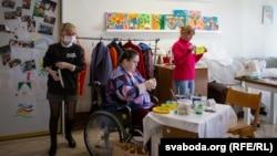 Светлана Пинчук (слева) с другими волонтерами.
