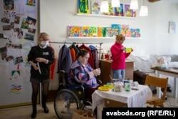 Каардынатарка майстэрні для людзей з інваліднасьцю Сьвятлана Пінчук (першая зьлева)