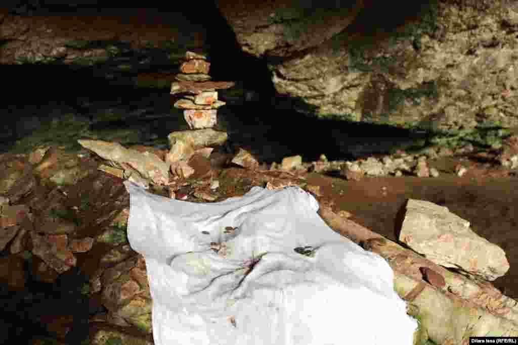 Белый платок в пещере.