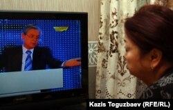 """""""Хабар"""" телеарнасын көріп отырған Алматы тұрғыны. (Көрнекі сурет)"""