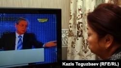 """Женщина смотрит программу на телеканале """"Хабар"""". Иллюстративное фото."""