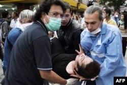 Gözyaşardıcı qazın qurbanı olan etirazçı hospitala aparılır. Ankara 5 iyun
