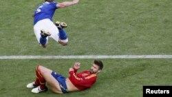Gerard Pique (i shtrirë) gjatë një ndeshjeje futbollistike për Spanjën