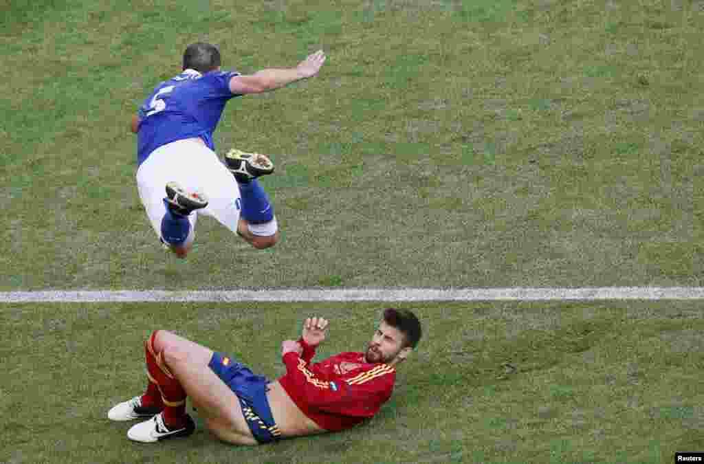 """İspaniya müdafiəçisi Gerard Pique kobud oyunla İtaliyalı Thiago Motta`yanı havaya """"göndərir"""""""