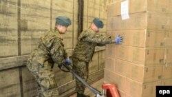 Польские солдаты отправляют военные грузы в помощь армии Украины