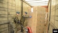 Польські солдати відправляють військові вантажі українській армії