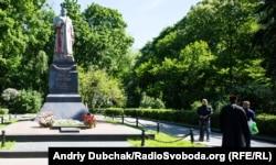 Пам'ятник радянському генералу Ватутіну, облитий червоною фарбою, і св'ященник Московського патріархату. Київ, 18 травня 2017 року