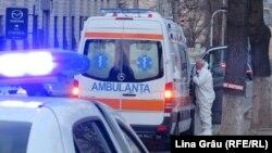 Ambulanța aduce un suspect de coronavirus la spitalul de boli infecțioase Toma Ciorbă