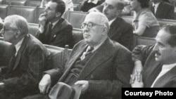 Садри Максуди (уртада) җитәкчелегендәге һәйәт Парижда Версаль конгрессында үз карашын һәм теләкләрен белдерә.