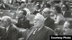 1918 елның 16 гыйнварында Милли идарә рәисе Садри Максуди (алгы планда) Конституцияне рәсми рәвештә игълан итә.