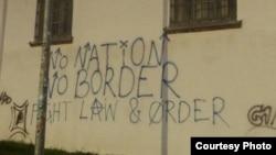"""Надпись на стене в одном из лагерей для беженцев: """"Нет государств, нет границ"""""""