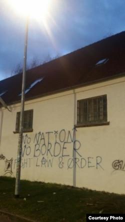 Напис на будівлі «Немає націй, немає меж!»