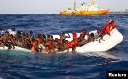 Группа мигрантов из Африки возле острова Лампедуза. Фотография 2016 года
