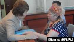 Подсудимая Кыздыгой Ажаркулова (справа) со своим адвокатом Гульнарой Жуаспаевой. Шымкент, 6 июня 2016 года.