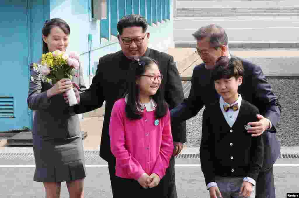 Ким Чен Ын стал первым за 65 лет правителем КНДР, ступил на землю Южной Кореи... и получил поздравительный букет от детей