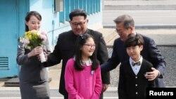 Ким Чен Ын и Мун Чжэ Ин в начале переговоров в Пханмунджоме. 27 апреля