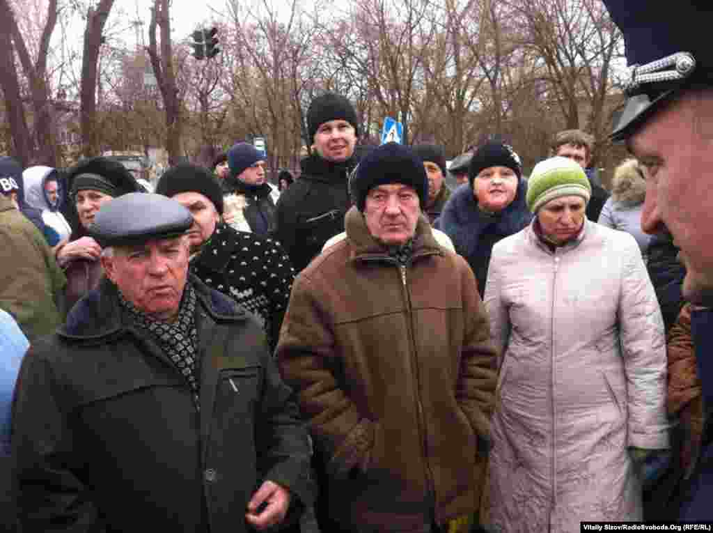 На цьому місці постійно перебувають декілька десятків людей, вони звинувачують українських військових в цьому ДТП. За їхніми словами, військові були п'яні