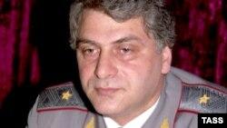 А вот самоубийство вчера около четырех часов дня генерал-майора, бывшего министра внутренних дел и секретаря Совбеза Абхазии Алмасбея Кчача в своей спальне при попытке задержания его по данному делу – это, как говорится, уже готовые кадры кинобоевика и пс