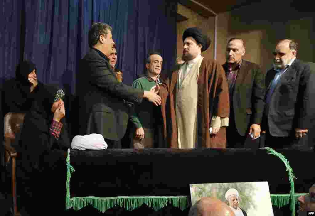 حسن خمینی در حسینیه جماران، در کنار تابوت اکبر هاشمی رفسنجانی.