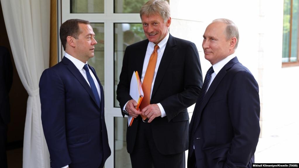 Путин не может делать ничего плохого, все плохое делает Медведев )))