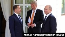 Портпаролот на Кремљ Дмитриј Песков со премиерот Дмитри Медведев и претседателот Владимир Путин