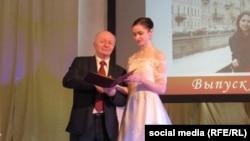 Директор Института истории Санкт-Петербургского госуниверситета Абдулла Даудов и Анастасия Ещенко на выпускном