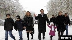 Анатолий Бибилов идет на голосования