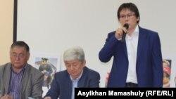 Гражданский активист Жанболат Мамай (справа) выступает на Антиевразийском форуме. Алматы, 22 мая 2014 года.