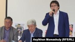 Жанболат Мамай выступает на слушаниях против создания Евразийского экономического союза. Алматы, 22 мая 2014 года.