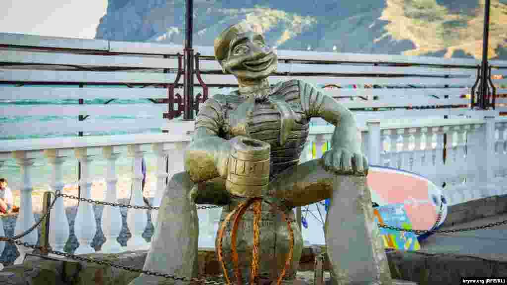 Памятник-фонтан «мультяшному» моряку Папаю пока что спрятан за цепью и не работает