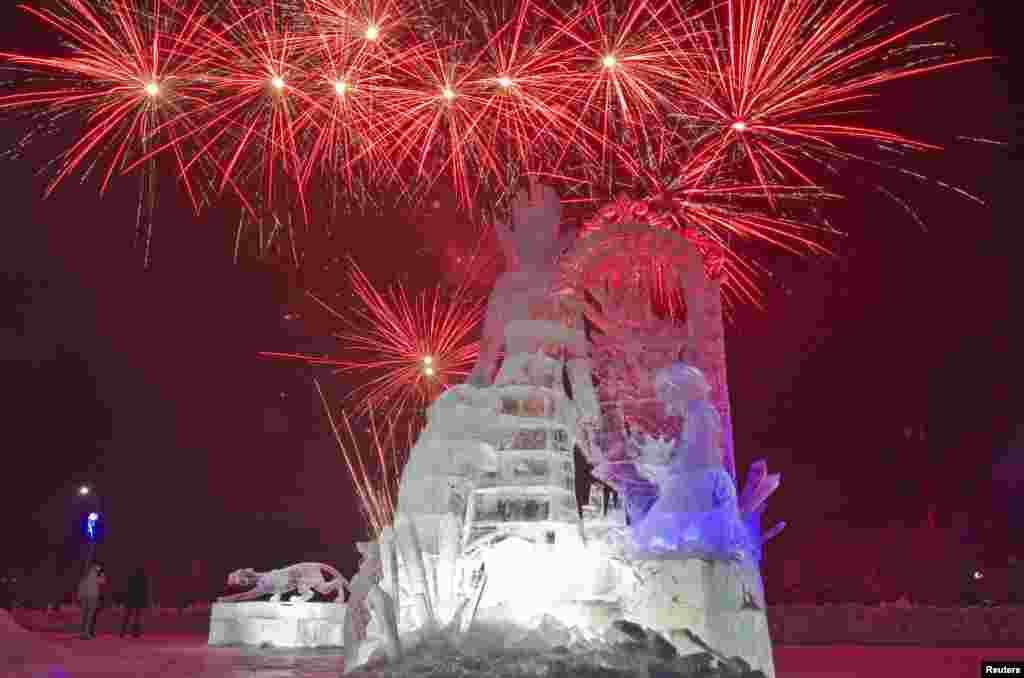 Салют над ледовыми скульптурами. Самые знаменитые и масштабные фестивали ледового искусства проходят в Китае, Японии, Канаде и Норвегии.