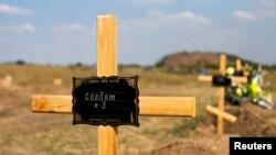Донецкида үлгән Русия тарафлы сугышчыларны шундый каберлекләргә күмеп куялар