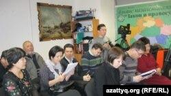 Журналисты на пресс-конференции Токбергена Абиева. Астана, 4 января 2013 года.