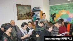 Тоқберген Әбиевтің пресс-конференциясына келген журналистер. Астана, 4 қаңтар 2012 жыл.