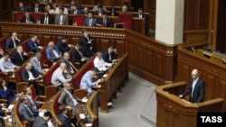 Премьер-министр Украины Арсений Яценюк (справа) во время заседания парламента. Киев, 6 июня 2014 года.