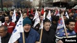 PAME кәсіподағына мүше жұмысшылар үкіметтің қатаң экономикалық шараларды қабылдауына наразылық танытып, парламетн үйіне шерулетіп келеді. Афины, Грекия, 7 ақпан 2012 жыл.