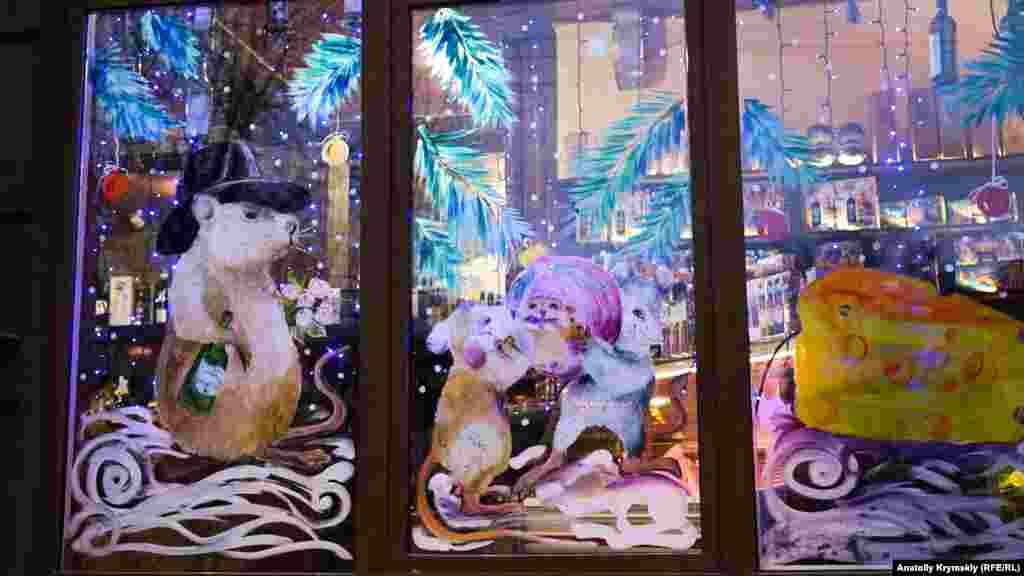 А в окнах магазинов можно увидеть Белую Крысу – символ 2020 года по восточному календарю