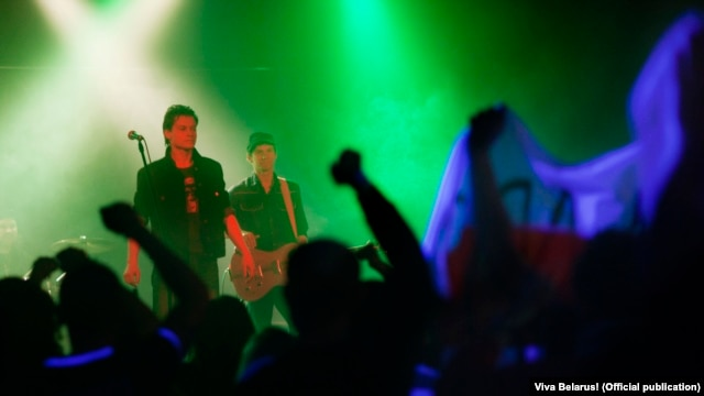 At a concert in Minsk, Miron inadvertently works the crowd into a freedom frenzy, landing himself in an army barracks.