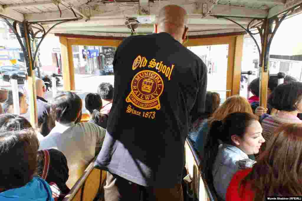 Водитель трамвая должен обладать недюжинной силой и ловкостью чтобы не только управлять тяжелой машиной, которая катится под горку, но и затаскивать обратно в салон пассажиров, свисающих с риском для жизни на подножке ради удачного кадра