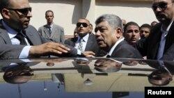 Ministri i brendhsëm Muhammad Ibrahim duke hyrë në veturën e tij